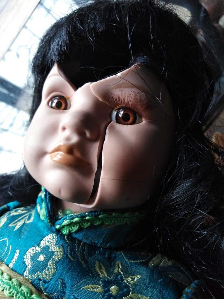 muñeca de porcelana malevola
