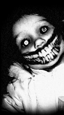 Niña con sonrisa tenebrosa